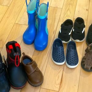 13 pairs of like new toddler  boys 6 -7 size shoes